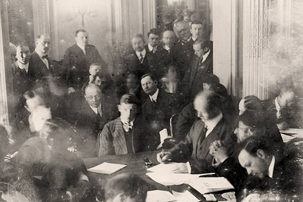 Wireless operator Harold Thomas Coffin being questioned at the US Senate inquiry, held at the Waldorf Astoria Hotel in New York, 29 May 1912.